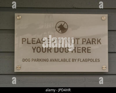 Ungewöhnliche Zeichen über Hund Parken am Hotel Spitzbergen Norwegen wo Hundeschlitten am meisten als Transport - Stockfoto