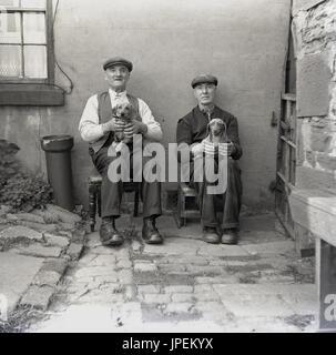 draußen Sie 1940er Jahre, England, Lancaster, zwei ältere nördliche Männer tragen Schiebermütze und Stiefel, in - Stockfoto