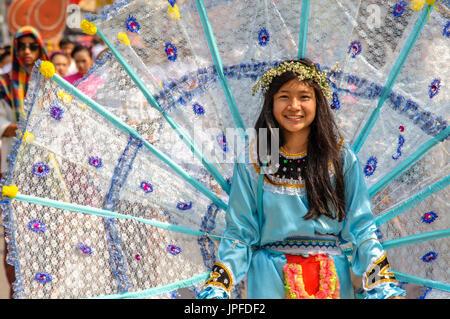 CHIANG MAI, THAILAND - 2. Februar 2013: Traditionell gekleidete Frau in einer Prozession auf der 37. Chiang Mai - Stockfoto