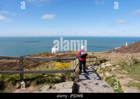 Senior Walker auf Stufen hinunter Ellin Turm RSPB Besucherzentrum an Küste South Stack, Holyhead, Holy Island, Isle - Stockfoto