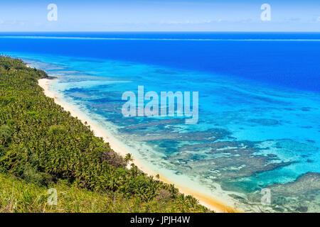 Dravuni Island, Fidschi. Panoramablick über die Insel und Strand im Süd-Pazifik. - Stockfoto