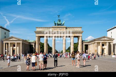 Viele Touristen stehen vor dem Brandenburger Tor in Mitte Berlins Deutschland - Stockfoto