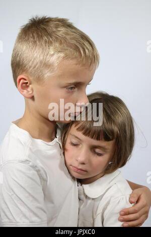 Porträt eines Jungen tröstend seine kleine Schwester - Stockfoto