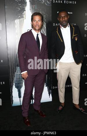 """NEW YORK-JUL-31: Matthew McConaughey (L) und Idris Elba besuchen """"Der dunkle Turm"""" special screening im Museum of - Stockfoto"""