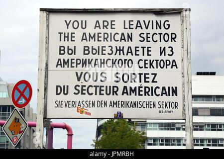 Amerikanischen Sektor Zeichen am Grenzübergang Checkpoint Charlie in Berlin, Deutschland - Stockfoto