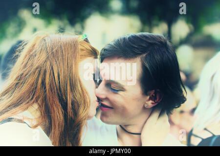 Junges Paar in Liebe küssen, verträumte Weichzeichner - Stockfoto