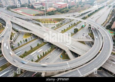 Auto Verkehr auf eine Überführung sich kreuzenden Straßen in Chengdu City - Stockfoto