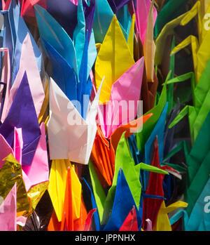 Nahaufnahme von gefaltetes Papier Origami-Kraniche, die von Schülerinnen und Schüler gemacht und an die Kinder-Friedensdenkmal - Stockfoto