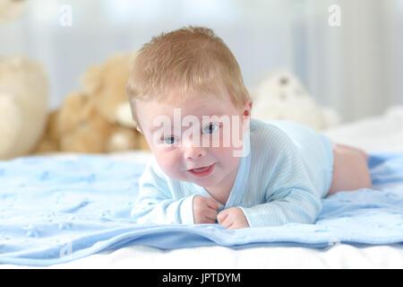 Porträt eines Babys versuchen, in Richtung Kamera auf einer blauen Decke kriechen - Stockfoto