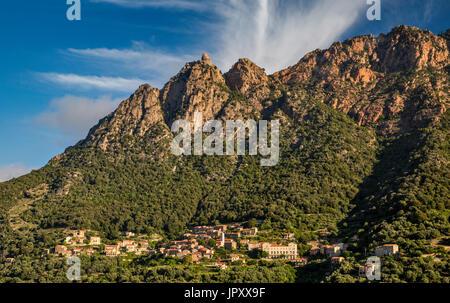 Capo d'Ota massiv über Berg Stadt Ota, Gorges de Spelunca, Corse-du-Sud, Korsika, Frankreich - Stockfoto