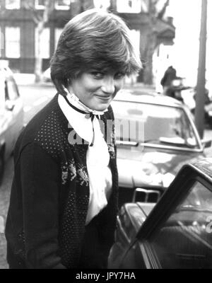 31. August 2017 feiert 20 Jahre seit Prinzessin Dianas Tod. Diana Princess of Wales starb an schweren Verletzungen in den frühen Morgenstunden des 31. August 1997 nach einem Autounfall in Paris. Im Bild: 15. November 1980 - London, England, UK - wie sie damals genannt wurde, kommt eine 19 jährige Lady DIANA SPENCER, zurück in ihrer Wohnung ganz am Anfang ihrer Beziehung mit Prinz Charles. Bildnachweis: KEYSTONE Bilder USA/ZUMAPRESS.com/Alamy Live-Nachrichten