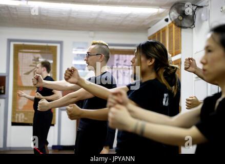 New York, USA. 3. August 2017. Alex Richter gibt Unterricht an seine Schüler auf hohem Niveau an seiner Kung Fu - Stockfoto