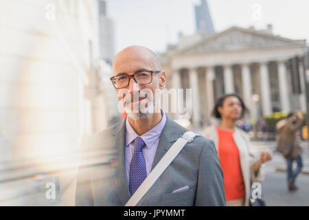 Porträt zuversichtlich Geschäftsmann auf städtische Straße, London, UK - Stockfoto