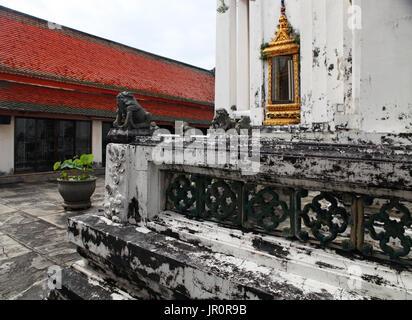 Teil des schönen Wat Phra Kaeo Tempel mit rotem Dach in Thailand - Stockfoto