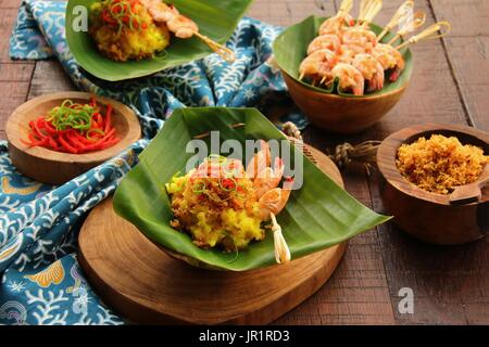 Ketan Serundeng Udang. Gelbwurz Klebreis mit Roasted Coconut und Garnelen Satay - Stockfoto