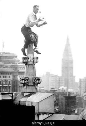 """""""Menschliche Fliege"""" Reynolds Dach Dekoration in New York City. John """"Jammie"""" Reynolds (geboren 1890 oder 91 -?) - Stockfoto"""
