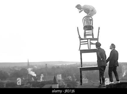 Reynolds, akrobatische und ausgleichende Handlungen auf hohen Gesims über 9th Street, N.W. Washington, DC. John - Stockfoto