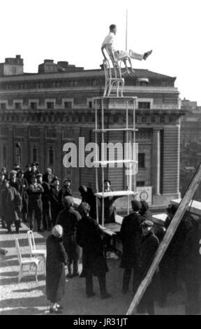 """""""Menschliche Fliege"""" auch bekannt als John Reynolds geben eine Ausstellung seines Könnens auf dem Dach des Gebäudes - Stockfoto"""