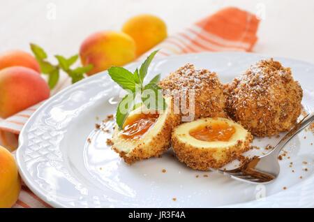 Süße Marillenknödel mit einigen Blaubeeren, gekocht ein österreichisches dessert - Stockfoto