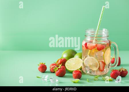 erfrischende Sommer-Limonade mit Erdbeeren und Kalk im Einmachglas - Stockfoto