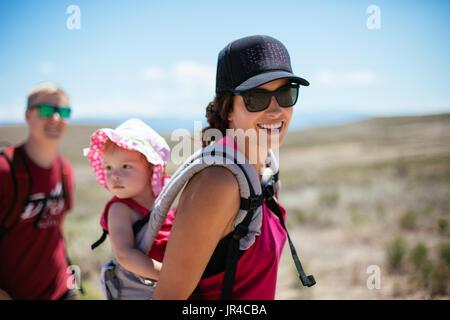 Mutter, Vater und Kind auf eine lustige Wüste wandern - Stockfoto