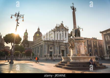 Catania Sizilien Piazza, der Piazza del Duomo mit dem Elefantenbrunnen (Fontana dell'Elefante) gelegen in der Mitte - Stockfoto