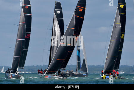 Cowes, UK. 4. August 2017. Lendy Cowes Woche Segeln alle Klassen schnellere 40 + Yachten Credit: Leo Mason Fotos/Alamy - Stockfoto