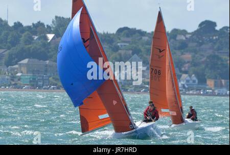 Cowes, UK. 4. August 2017. Lendy Cowes Woche Segeln alle Klassen Squib Klasse Yachten Credit: Leo Mason Fotos/Alamy - Stockfoto