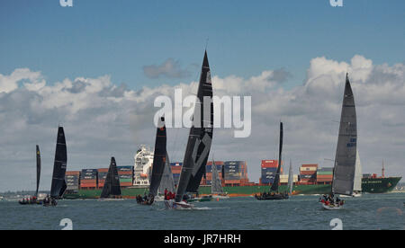 Cowes, UK. 4. August 2017. Lendy Cowes Woche Segeln alle Klassen Credit: Leo Mason Fotos/Alamy Live Sport News - Stockfoto