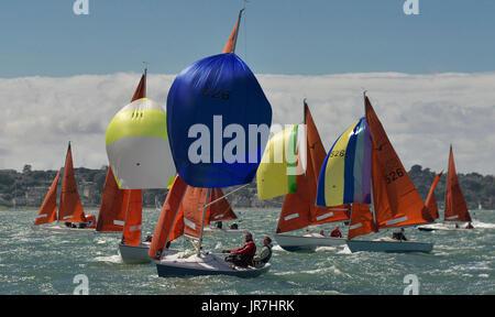 Cowes, UK. 4. August 2017. Lendy Cowes Woche Segeln alle Klassen Squib Klasse Boote Credit: Leo Mason Fotos/Alamy - Stockfoto