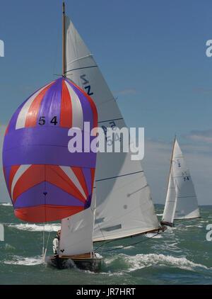 Cowes, UK. 4. August 2017. Lendy Cowes Woche Segeln alle Klassen Sieg Klasse Yachten Credit: Leo Mason Fotos/Alamy - Stockfoto
