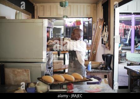 Baker Schiebetüren fach Brot in Metall Rack - Stockfoto