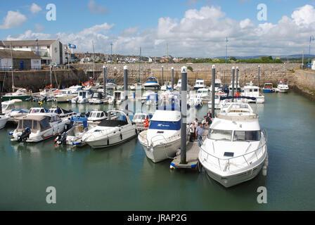 Porthcawl, Wales: Yachten und Boote schwimmen im Hafen der Stadt an einem hellen Sommertag. - Stockfoto
