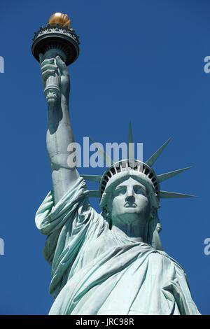 Die Freiheitsstatue aus nächster Nähe an einem sonnigen Tag, blauer Himmel, New York - Stockfoto