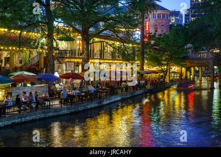 Bunte Sonnenschirme, San Antonio River und Riverwalk, San Antonio, Texas USA - Stockfoto