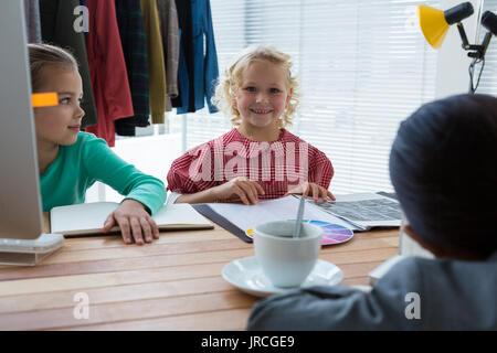 Portrait von Lächeln, Geschäftsfrau, die die Arbeit mit Kollegen in kreative Büro - Stockfoto