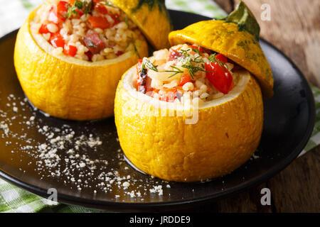 Gelbe Zucchini gefüllt mit Bulgur, Fleisch und Gemüse close-up auf einem Teller. Horizontale - Stockfoto