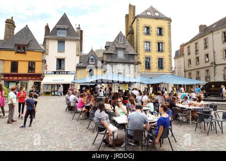 Quimper, Bretagne - Menschen in einem Cafe, Terre au Duc, Quimper Cornouaille, Finistere, Bretagne Frankreich - Stockfoto