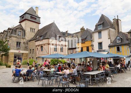Quimper, Bretagne - Menschen in ein französisches Café, in dem mittelalterlichen Ort Terre au Duc, Quimper Cornouaille, - Stockfoto