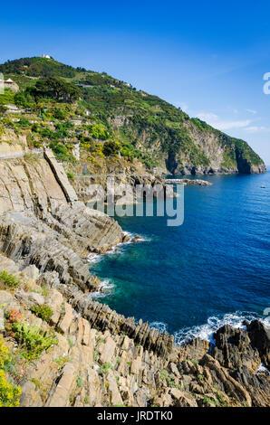 Felsige Küste entlang der Via dell'Amore (der Weg der Liebe), Riomaggiore, Cinque Terre, Ligurien, Italien - Stockfoto