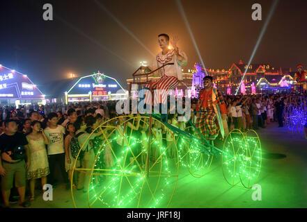 Qingdao. 5. August 2017. Leute betrachten Parade während der Qingdao International Bierfest in Qingdao, der ostchinesischen - Stockfoto