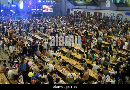 Qingdao. 5. August 2017. Menschen besuchen das Qingdao International Bierfest in Qingdao, der ostchinesischen Provinz - Stockfoto