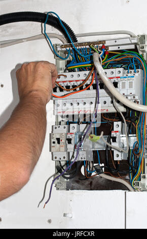 Elektriker arbeiten Anschlussleitungen am Schaltkasten - Stockfoto