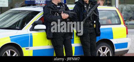 Britische Polizei, autorisierten Feuerwaffen Offiziere - Stockfoto
