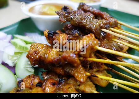 Hammel und Hühnchen Satay mit gehackten Gurken und Zwiebeln - Stockfoto