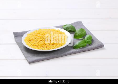 Platte der kleine Pasta Muscheln auf grauer Unterlage - Stockfoto