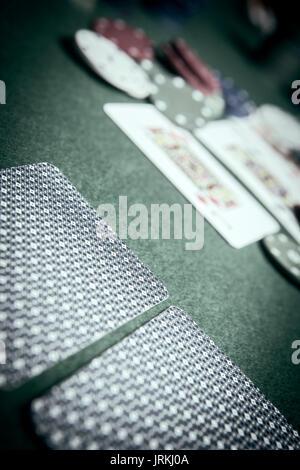 Karten Poker Deck Englisch, poker chips am grünen Tisch Stapel - Stockfoto