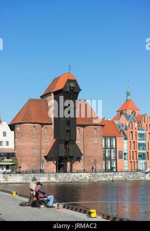 Fischer versuchen ihr Glück auf dem Kanal in der Danziger Altstadt mit der Danziger mittelalterliche Krantor im - Stockfoto