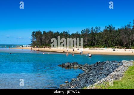 Coffs Creek erreicht das Meer im Park Beach Coffs Harbour, New South Wales, Australien - Stockfoto