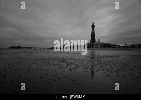 Moody schwarz-weiß Bild von Blackpool Tower, im Nordwesten des Vereinigten Königreichs. Credit: LEE RAMSDEN/ALAMY - Stockfoto